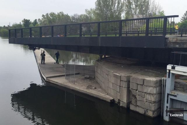 Le pont Hog's Back est est de nouveau ouvert à la circulation après une... (Martin Roy, LeDroit)