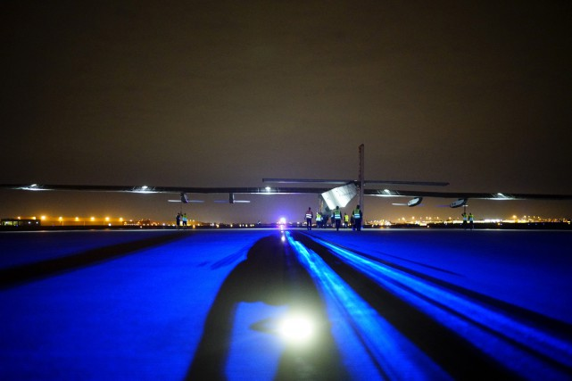 L'avion solaire Solar Impulse 2 se prépare à... (Associated Press)
