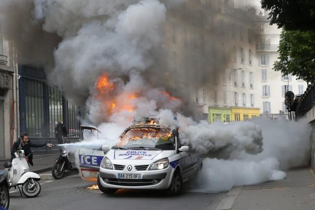 Une voiture de police a été incendiée mercredi... (Photo Francois Mori, AFP)