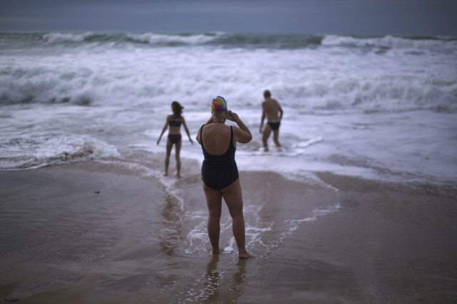 Des touristes allemands se baignant sur une plage... (Associated Press)