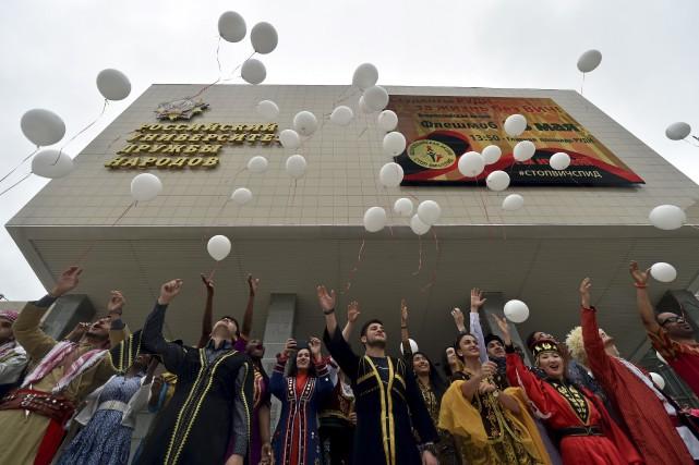 Des étudiants étrangers relâchent des ballons dans un... (Agence France-Presse)
