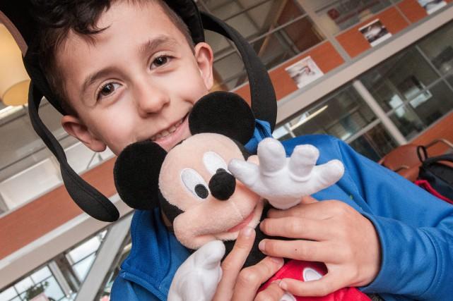 Le petit Tristan a enfin eu la chance... (Photo Le Progrès-dimanche, Michel tremblay)