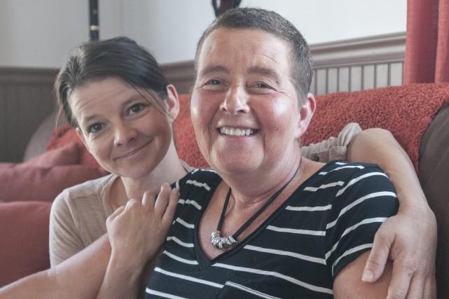 Nancy Foster, à droite, offre du soutien à... (Photo Le Progrès-dimanche, Michel tremblay)