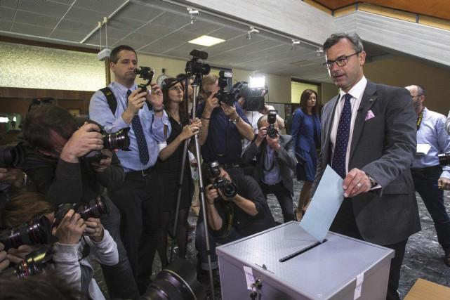 Le candidat d'extrême droite Norbert Hofer (à droite)... (PHOTO ERWIN SCHERIAU, AFP)