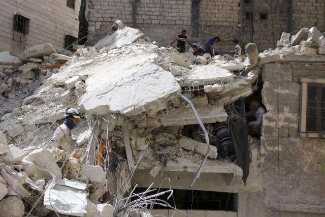 Des travailleurs inspectent un bâtiment détruit lors de... (PHOTO THAER MOHAMMED, ARCHIVES AFP)