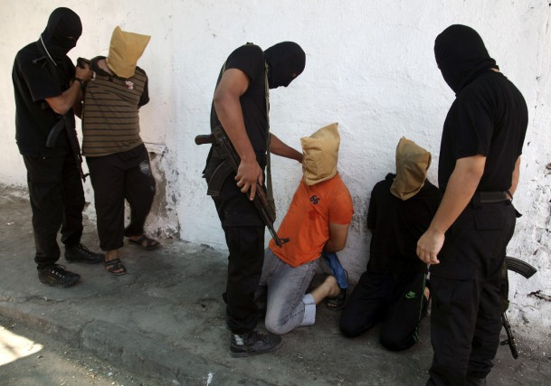 Des militants du Hamas sur le point d'exécuter... (Photo d'archives Reuters)