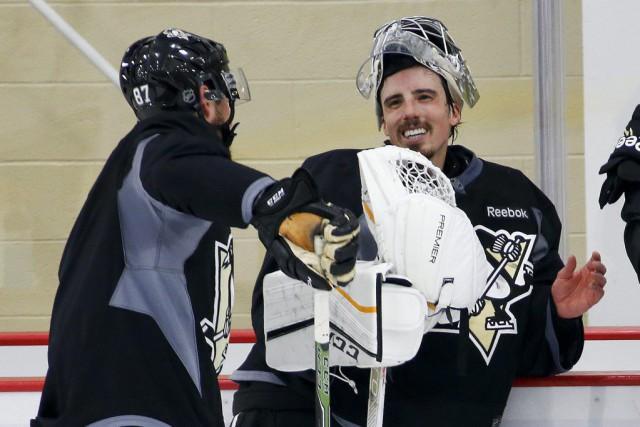 Marc-André Fleury discute avec Sidney Crosby lors d'un... (PHOTO GENE J. PUSKAR, ARCHIVES AP)
