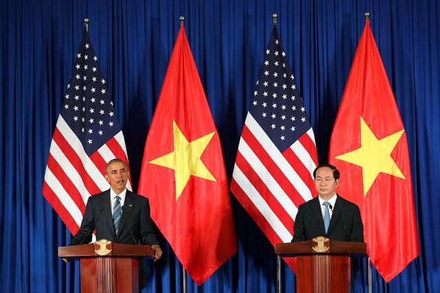 Le président des États-Unis Barack Obamaet son homologue... (PHOTO LUONG THAI LINH, AFP)