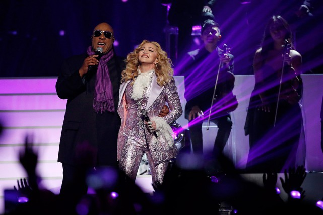 Madonna a chanté Purple Rain avec Stevie Wonder aux... (Photo Mario Anzuoni, Reuters)