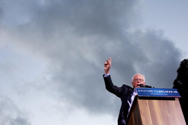Le candidat à l'investiture démocrate Bernie Sanders s'adresse... (PHoto Sandy Huffaker, Agence France-Presse)