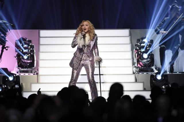 En costume gris moiré, Madonna a entonné, à... (AP, Chris Pizzello/Invision)