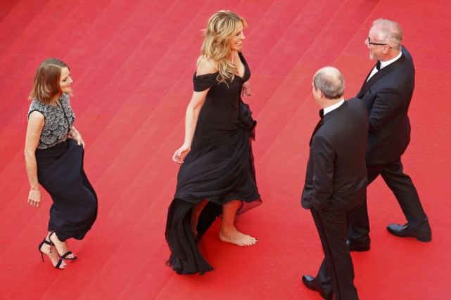 Julia Roberts a monté pieds nus les marches du Palais... (PHOTO YVES HERMAN, ARCHIVES REUTERS)