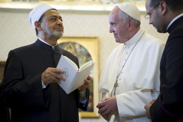 Le grand imam d'Al-Azhar et le pape François... (PHOTO AP)