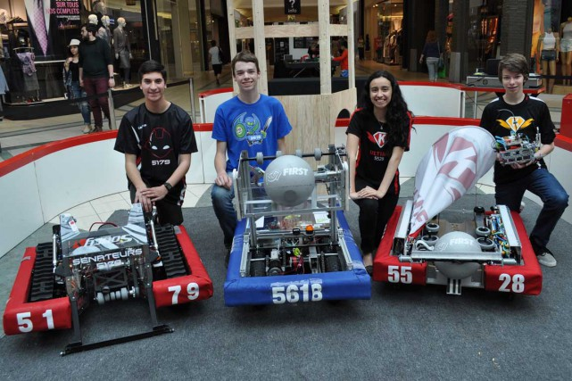Quelques équipes ayant participé à la compétition Robotique... (Courtoisie)