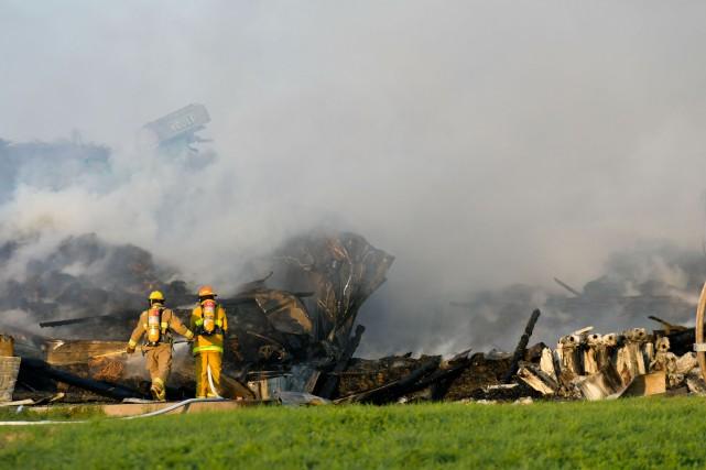 La dizaine de pompiers dépêchés pour combattre l'incendie... (Andréanne Lemire)