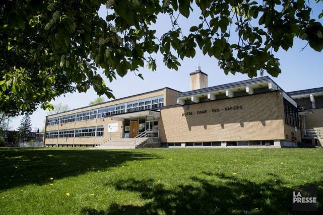 L'école Notre-Dame-des-Rapides, dont la construction remonte à 1962.... (PHOTO ALAIN ROBERGE, LA PRESSE)