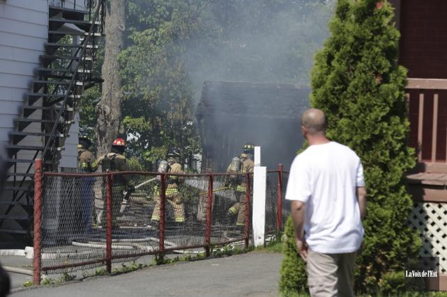 À l'arrivée des pompiers, le feu sortait de... (Catherine Trudeau, La Voix de l'Est)