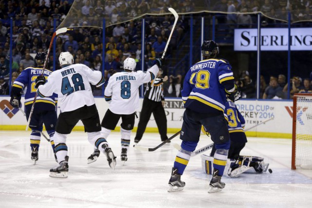 Le capitaine des Sharks Joe Pavelski a marqué... (Jeff Roberson, Associated Press)