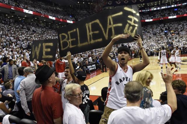 Les partisans des Raptors étaient en liesse lundi... (La Presse canadienne, Frank Gunn)