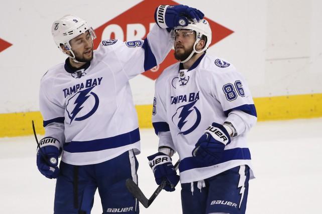 Nikita Kucherov (à droite) est félicité par son... (AP, Gene J. Puskar)