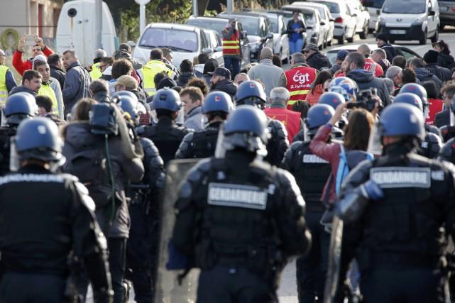 Les forces de l'ordre ont débloqué au petit... (PHOTO JEAN-PAUL PELISSIER, REUTERS)