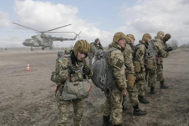 Des soldats ukrainiens participent à un exercice militaire... (PHOTO EFREM LUKATSKY, ARCHIVES AP)