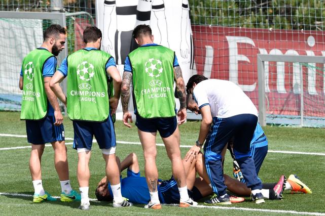 Après un choc avec le défenseur Dani Carvajal... (Photo Gerard Julien, AFP)