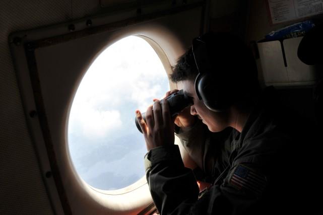 Muni de jumelles, un militaire américain regarde à... (PHOTO SALVATORE CAVALLI, AP)