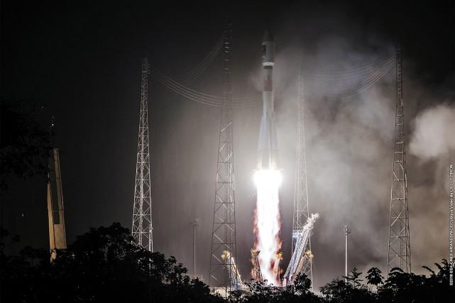 La fusée a décollé comme prévu à 8h48... (PHOTO STRINGER, CNES VIA AFP)