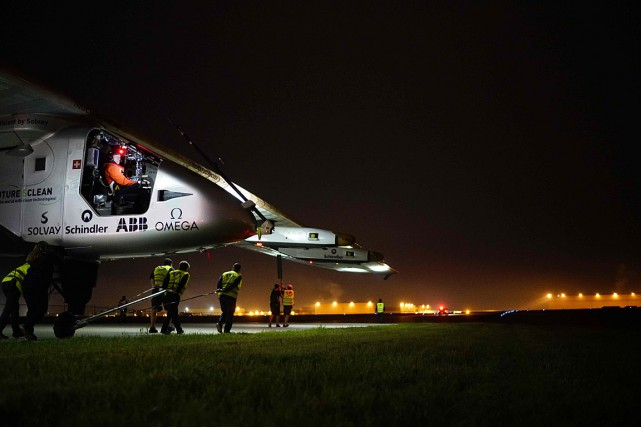 C'est le Suisse Betrand Piccard qui aurait dû... (PHOTO JEAN REVILLARD, REZO, SOLAR IMPULSE 2 VIA AFP)
