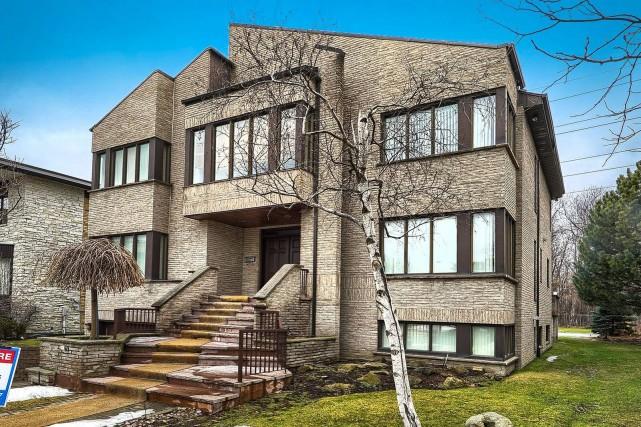 5909, avenue Brandeis. Maison à étage avec garage.... (PHOTO FOURNIE PAR LE COURTIER)