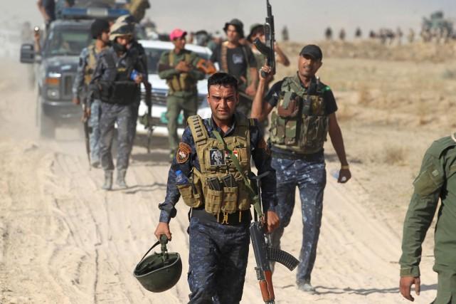 Des membres des forces progouvernementales avancent vers Falloujah,... (PHOTO  AHMAD AL-RUBAYE, AFP)