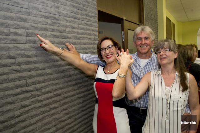 Danièle Henkel pose en compagnie des deux inventeurs... (Photo: Sylvain Mayer Le Nouvelliste)