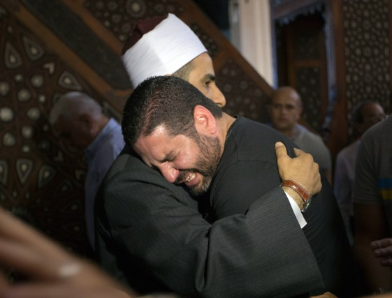 Un imam du Caire console un homme éprouvé... (Photo Amr Nabil, Associated Press)