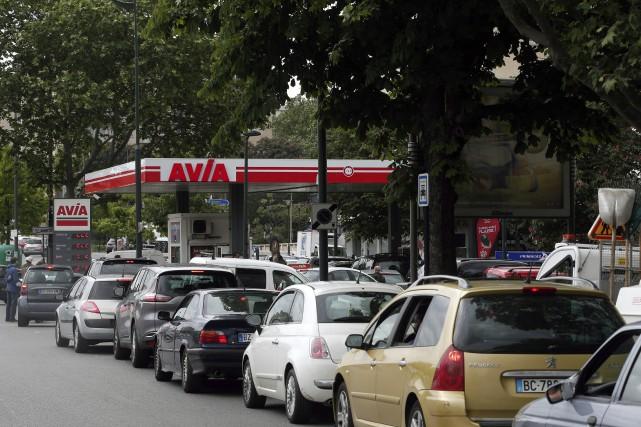 Les automobilistes français qui devaient faire le plein... (AP, Thibault Camus)