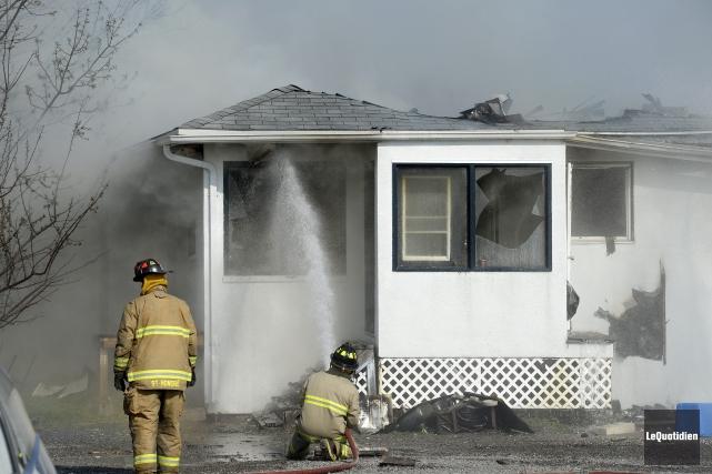 Une trentaine de pompiers se relayaient tous les... (Photo Le Quotidien, Jeannot Lévesque)