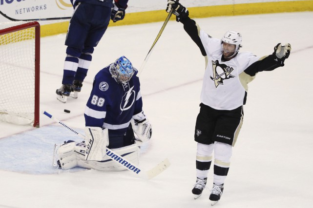 Les Penguins auront maintenant l'opportunité d'éliminer le Lightning... (Associated Press, Brian Blanco)