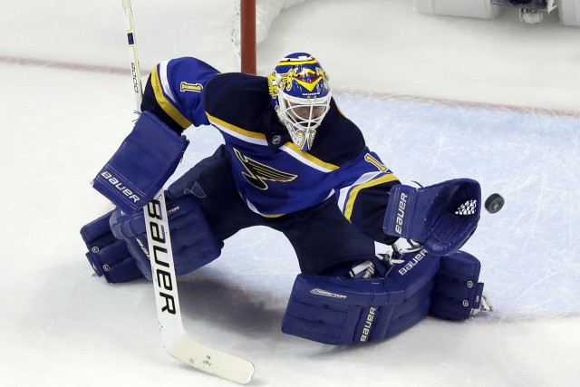 Brian Elliott sera devant le filet des Blues... (AP, Jeff Roberson)