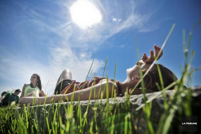 L'exposition aux rayons ultraviolets provenant du soleil ou... (Archives La Tribune)