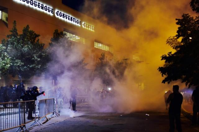 Les forces de l'ordre ont dû faire usage... (PHOTO ROBERTO E. ROSALES, THE ALBUQUERQUE JOURNAL/AP)