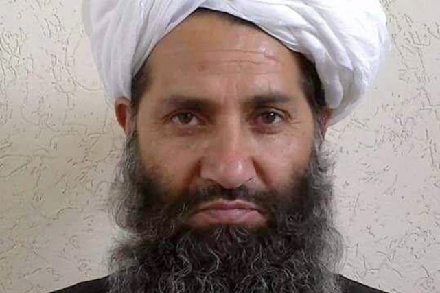 Le mollah Haibatullah Akhundzada sur une photo diffusée... (AFP)