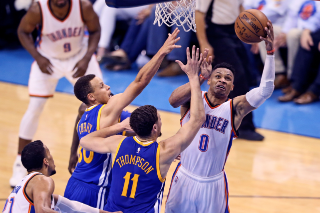 Russell Westbrook (à droite) a inscrit 36 points... (Photo Kevin Jairaj, USA Today)