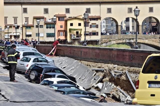 Une vingtaine de voitures, garées sur le quai,... (PHOTO MAURIZIO DEGL'INNONCENTI, ANSA/AP)