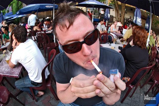 Les cigarettes seront entre autres interdites sur les... (Archives La Presse)