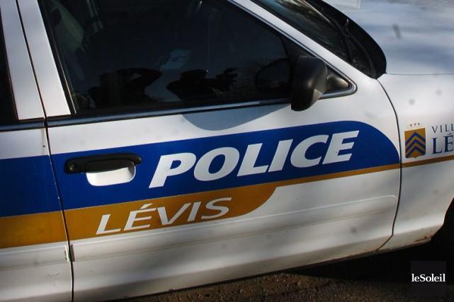 Trois agents du Service de police de la Ville de Lévis font présentement... (Photothèque Le Soleil, Jean-Marie Villeneuve)