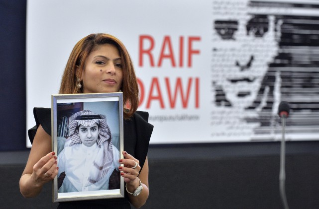 Ensaf Haidar, la femme du blogueur saoudienRaif Badawi,... (PhotoPATRICK HERTZOG, Archives Agence France-Presse)
