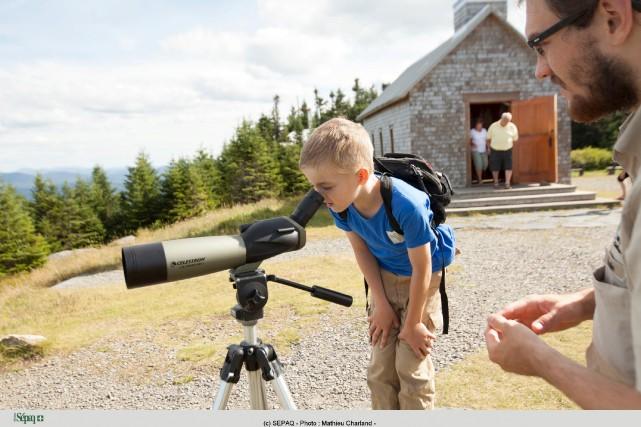 Télescope et guide permettront de prendre une lecture... (Photo fournie par la SÉPAQ, Mathieu Charland)