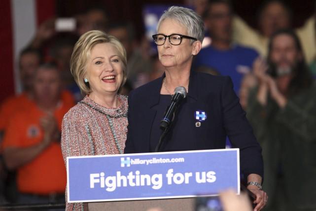 Hillary Clinton en compagnie de l'actrice Jamie Lee... (AFP, Tommaso Boddi)