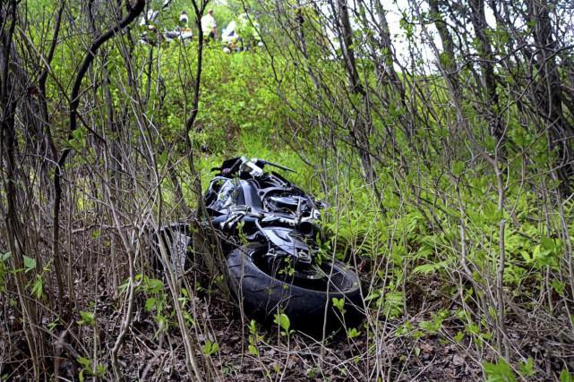 Un motocycliste, dont la vitesse venait tout juste... (Collaboration spéciale, Éric Beaupré)