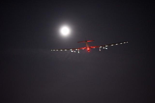 Plus d'une heure avant l'atterrissage, des curieux s'étaient... (PHOTO AFP)
